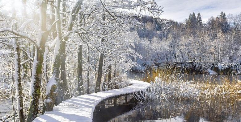 Zimska carolija Plitvica  posjetite ocaravajuci nacionalni park i razgledajte 16 jedinstvenih jezera pod zastitom UNESCO a za 144 kn
